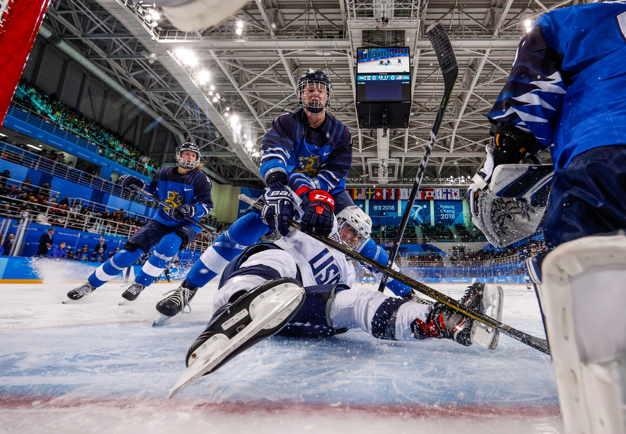 Jugadores de hockey chocando (© Grigory Dukor/AP Images)