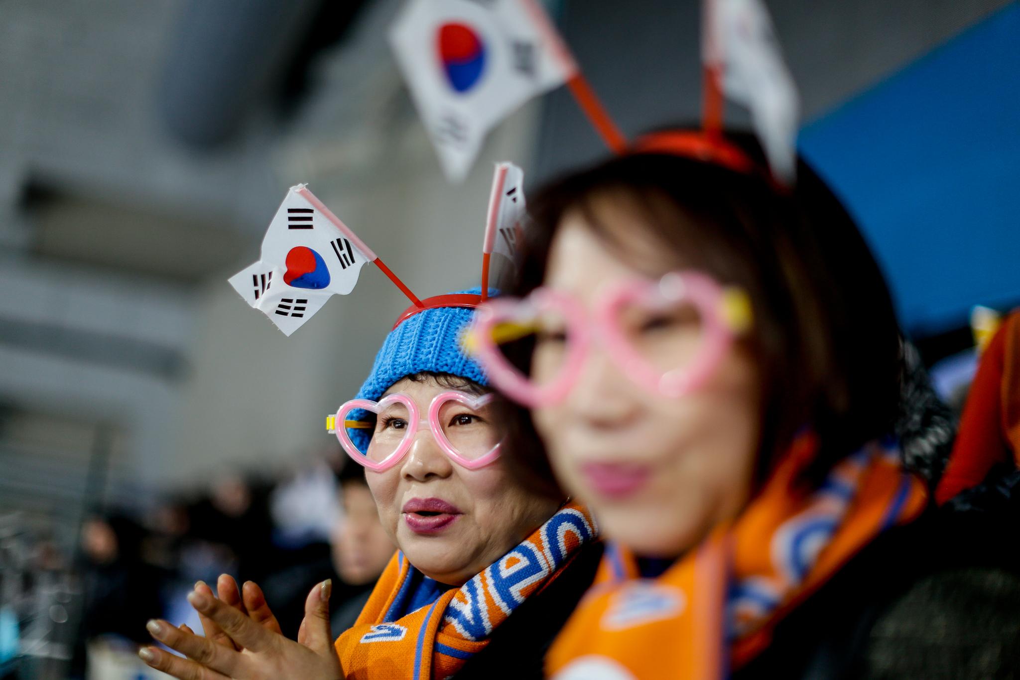 Pessoas sorrindo, batendo palmas e agitando bandeiras (© Natacha Pisarenko/AP Images)