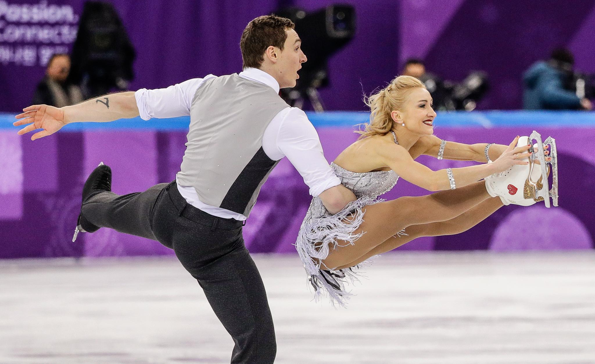 Homem e mulher competem em patinação artística (© David J. Phillip/AP Images)