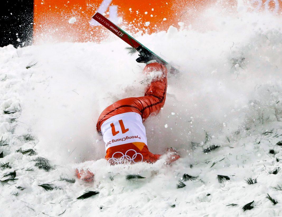 Esquiadora despenca de cabeça na neve (© Gregory Bull/AP Images)