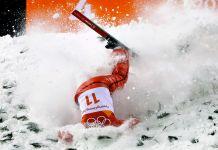 Skieuse tombant dans la neige la tête la première (© Gregory Bull/AP Images)