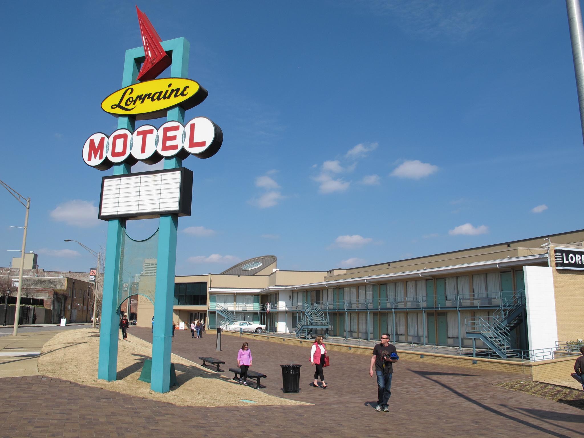 Cartel que dice 'Lorraine Motel' y edificios (© Adrian Sainz/AP Images)