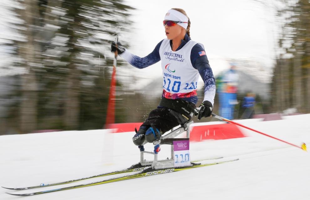 Mulher esquia na neve usando equipamento especial (© Dmitry Lovetsky/AP Images/)