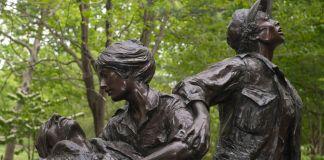 Hazel Johnson-Brown menorehkan jejaknya dalam pasukan Angkatan Darat AS, sebagian dengan melatih para perawat yang akan diberangkatkan ke Vietnam, seperti mereka yang namanya diabadikan di Vietnam Women's Memorial di Washington. (© Joanne Ciccarello/Christian Science Monitor/Getty Images)