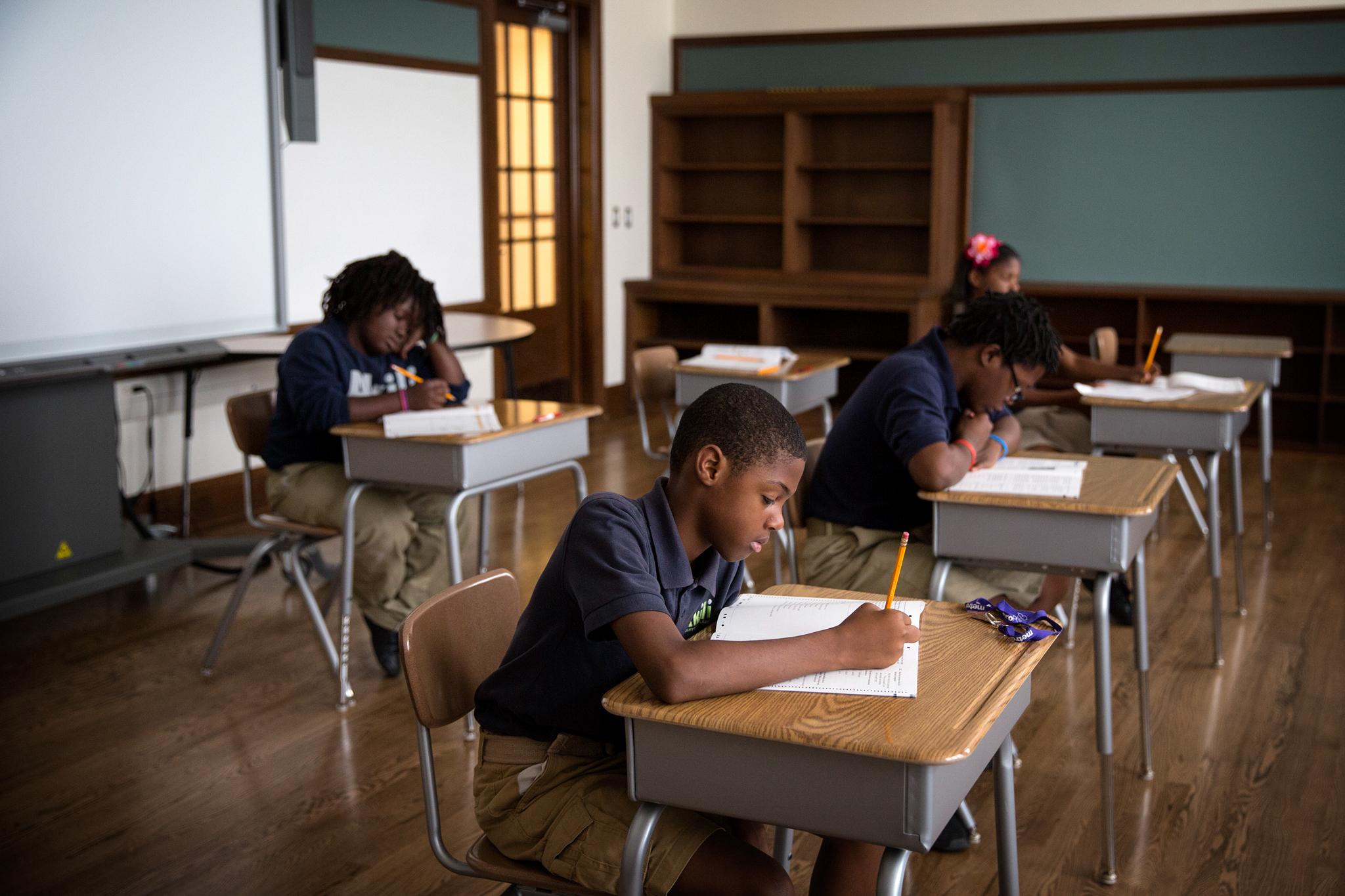Niños en los pupitres de un aula escolar (© Edmund D. Fountain para The Washington Post/Getty Images)