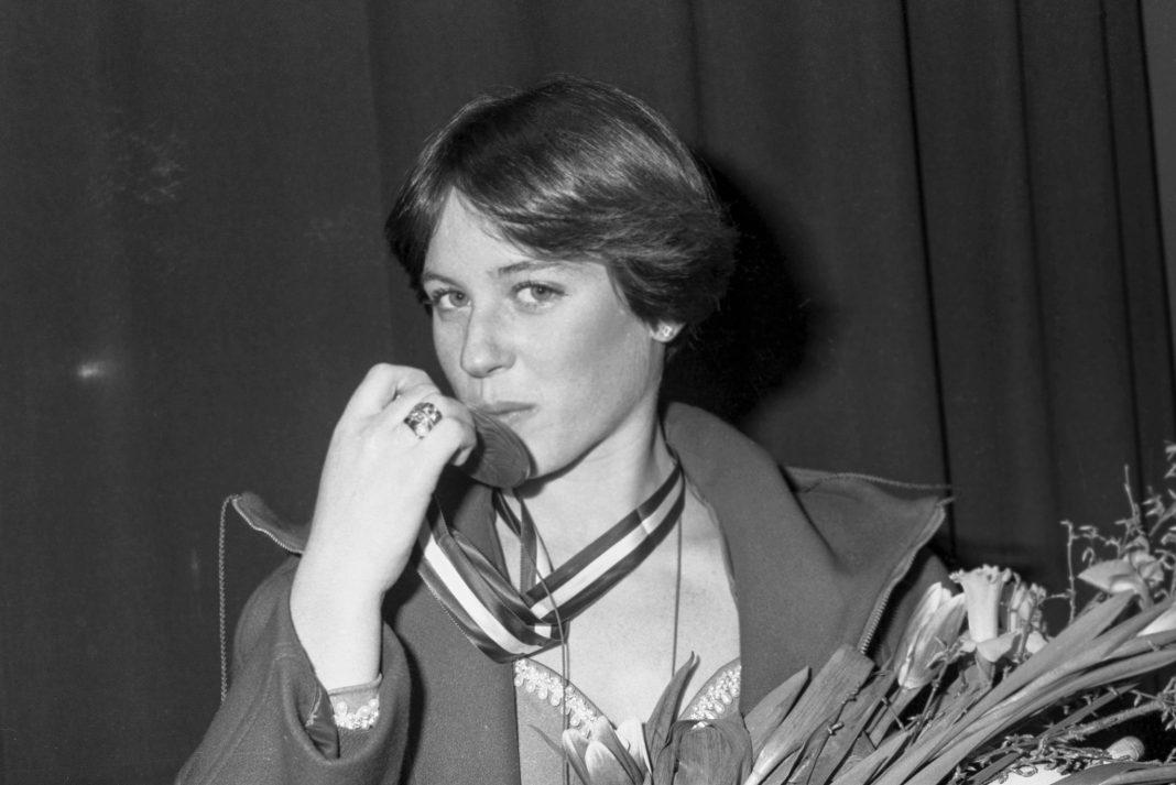 Dorothy Hamill besa la medalla de oro (© Bettmann/Getty Images)