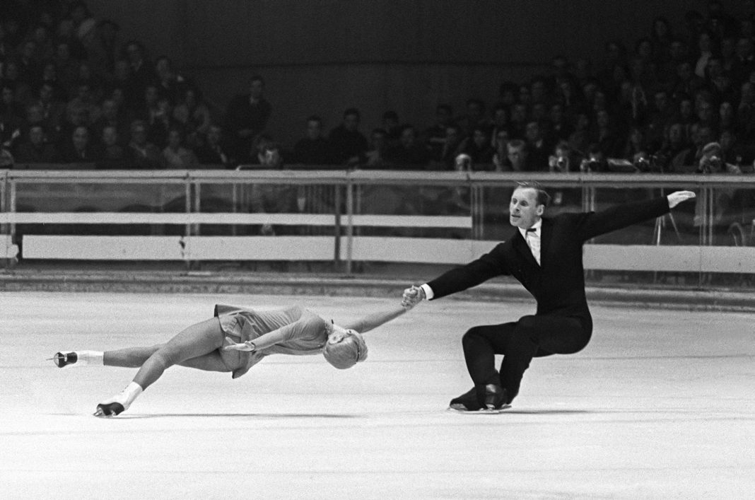 Figure skaters performing death spiral (© Staff/AFP/Getty Images)