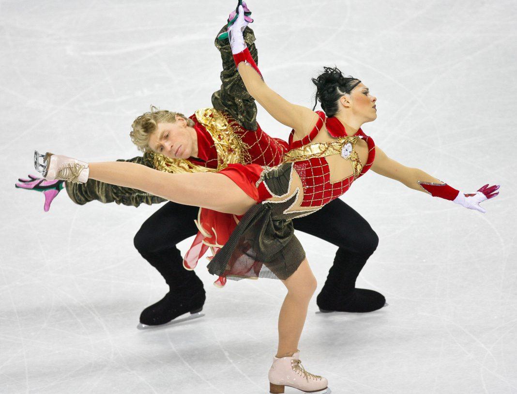 Patinador y patinadora sobre hielo se mueven al unísono (© Kevork Djansezian/AP Images)