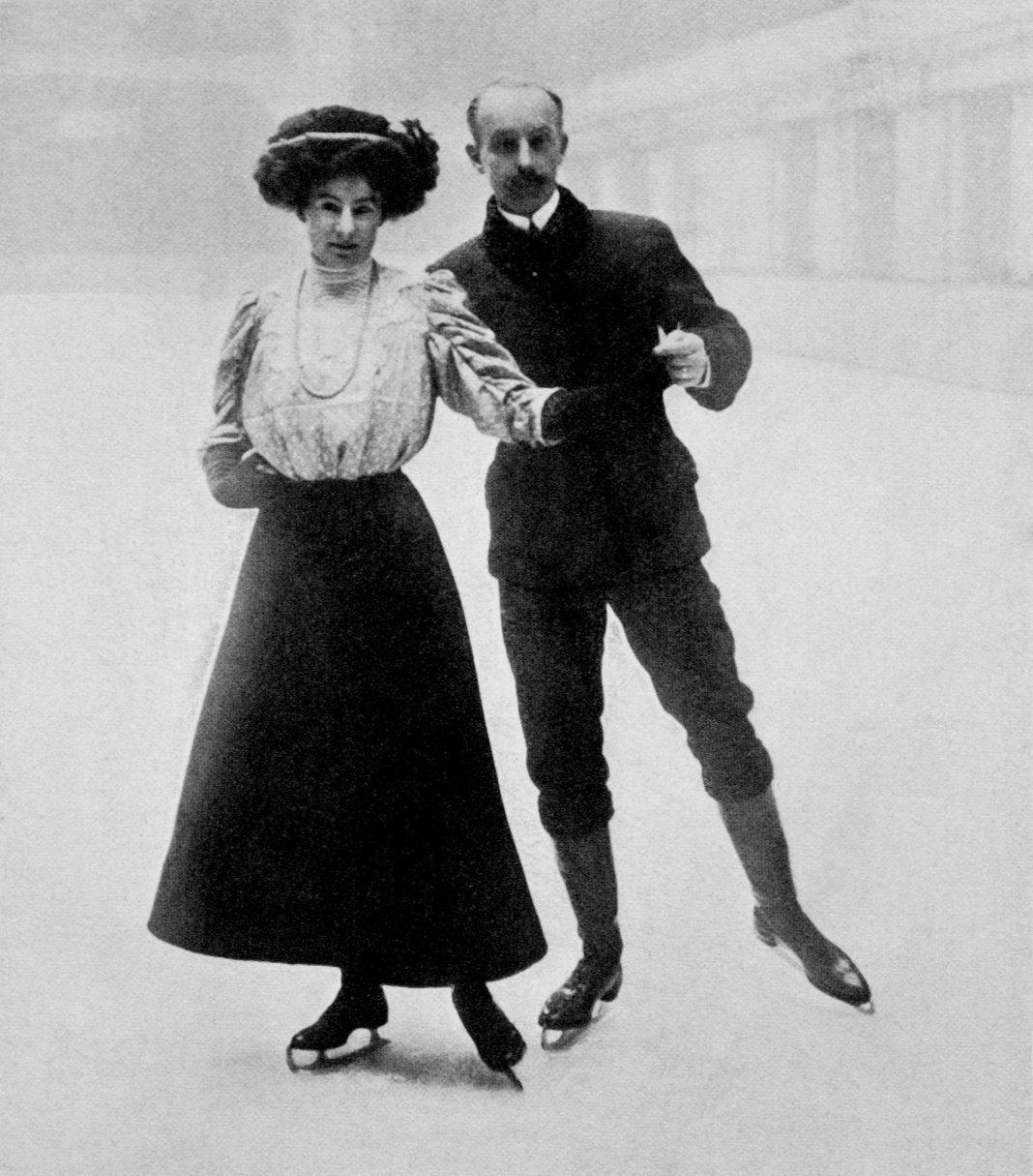 Un homme et une femme faisant du patinage artistique en 1908 (© PA Images Archive/Getty Images