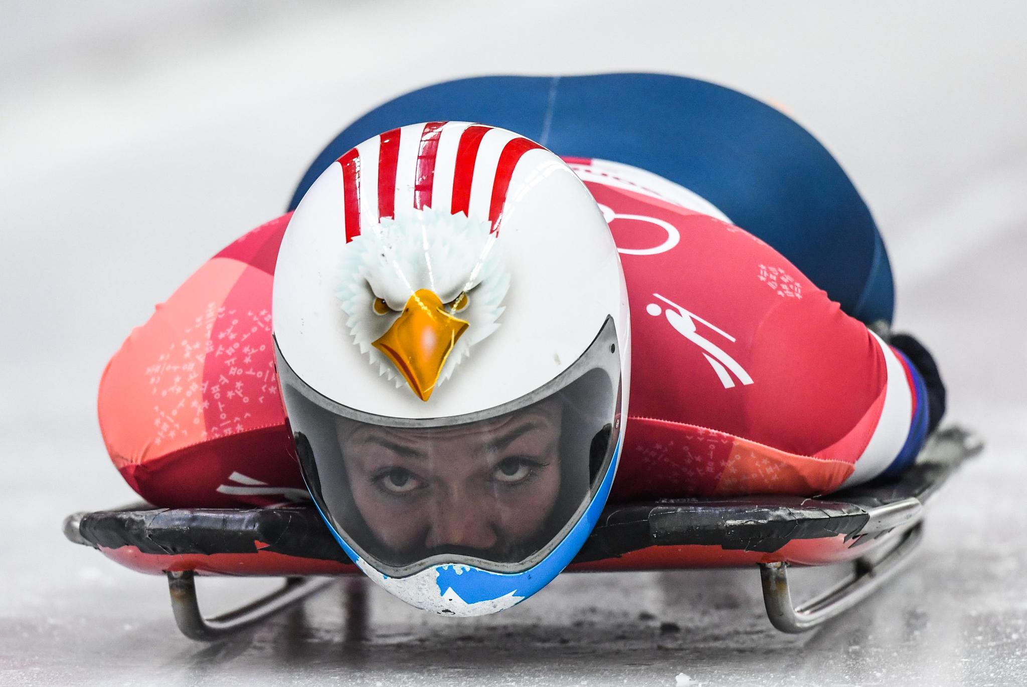 Atleta de trenó descendo trilha de barriga pra baixo (© Mark Ralston/AFP/Getty Images)