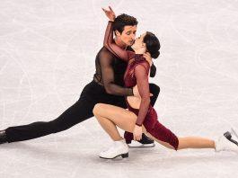 Una pareja de patinadores se abraza (© Roberto Schmidt/AFP/Getty Images)