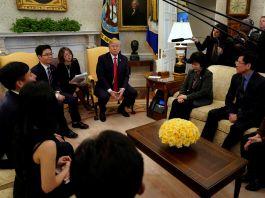 O presidente Donald Trump se reúne com desertores norte-coreanos (© Yuri Gripas/Reuters)