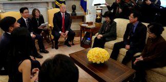 Le président Trump avec des transfuges nord-coréens (© Yuri Gripas/Reuters)