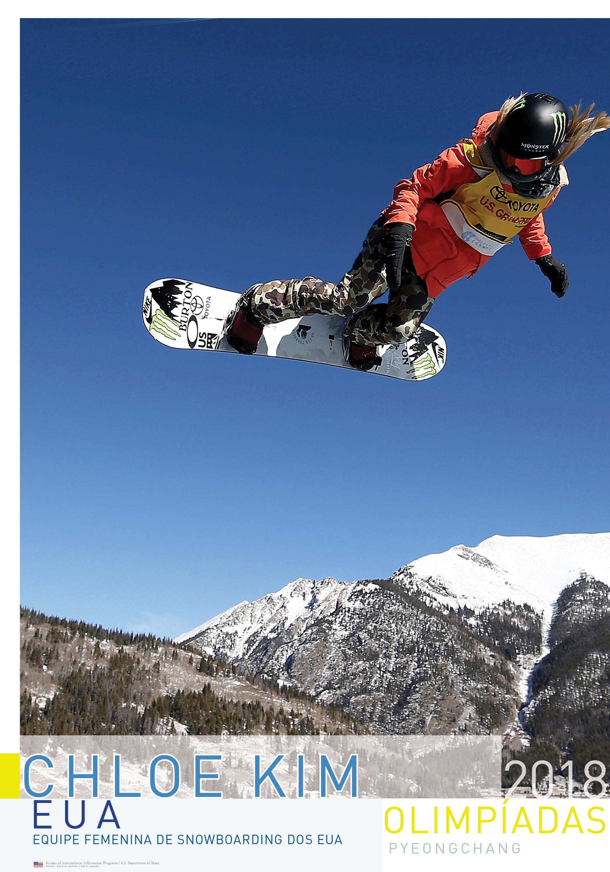 Pôster of Chloe Kim saltando no ar com snowboard. Céu azul e montanhas ao fundo (Depto. de Estado/D. Woolverton/Sean M. Haffey/Getty Images)