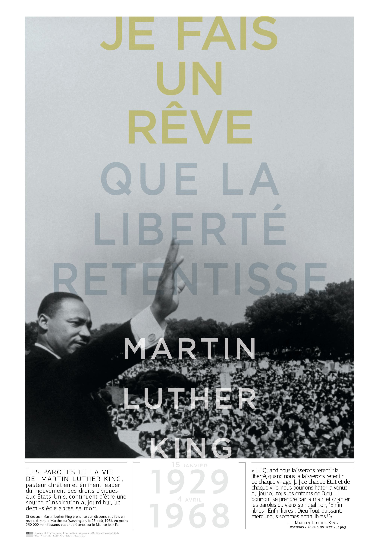 Martin Luther King, le bras droit levé, face à une foule de gens en plein air (Département d'État/D. Woolverton/Photo: Francis Miller/Life Picture Collection/Getty Images)