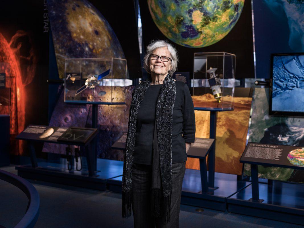 Susan Finley devant une exposition au musée de l'espace de la NASA (© Emily Berl)