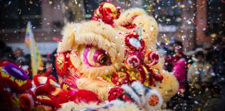 Dança do leão e confetes durante a comemoração do Ano Novo Chinês