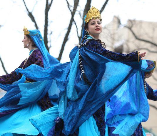 زنان در لباس های آبی رنگ در حال رقص روی صحنه (عکس از علی خالق)