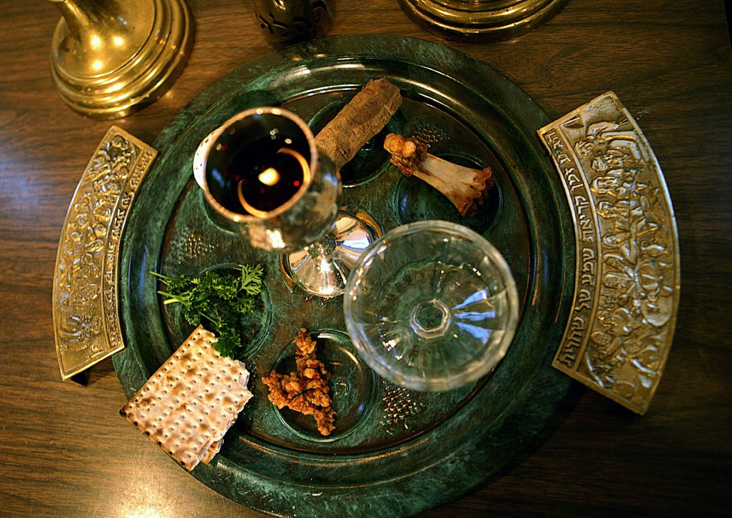 Tray holding food and cups (© Dr. Scott M. Lieberman/AP Images)