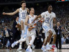 بازیکنان بسکتبال در حال شادی بالا می پرند. (عکس از آسوشیتدپرس)