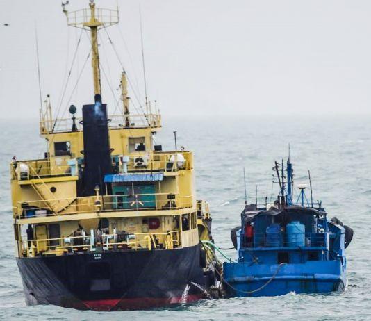 Dois navios lado a lado (Ministério da Defesa do Japão/AP Images)