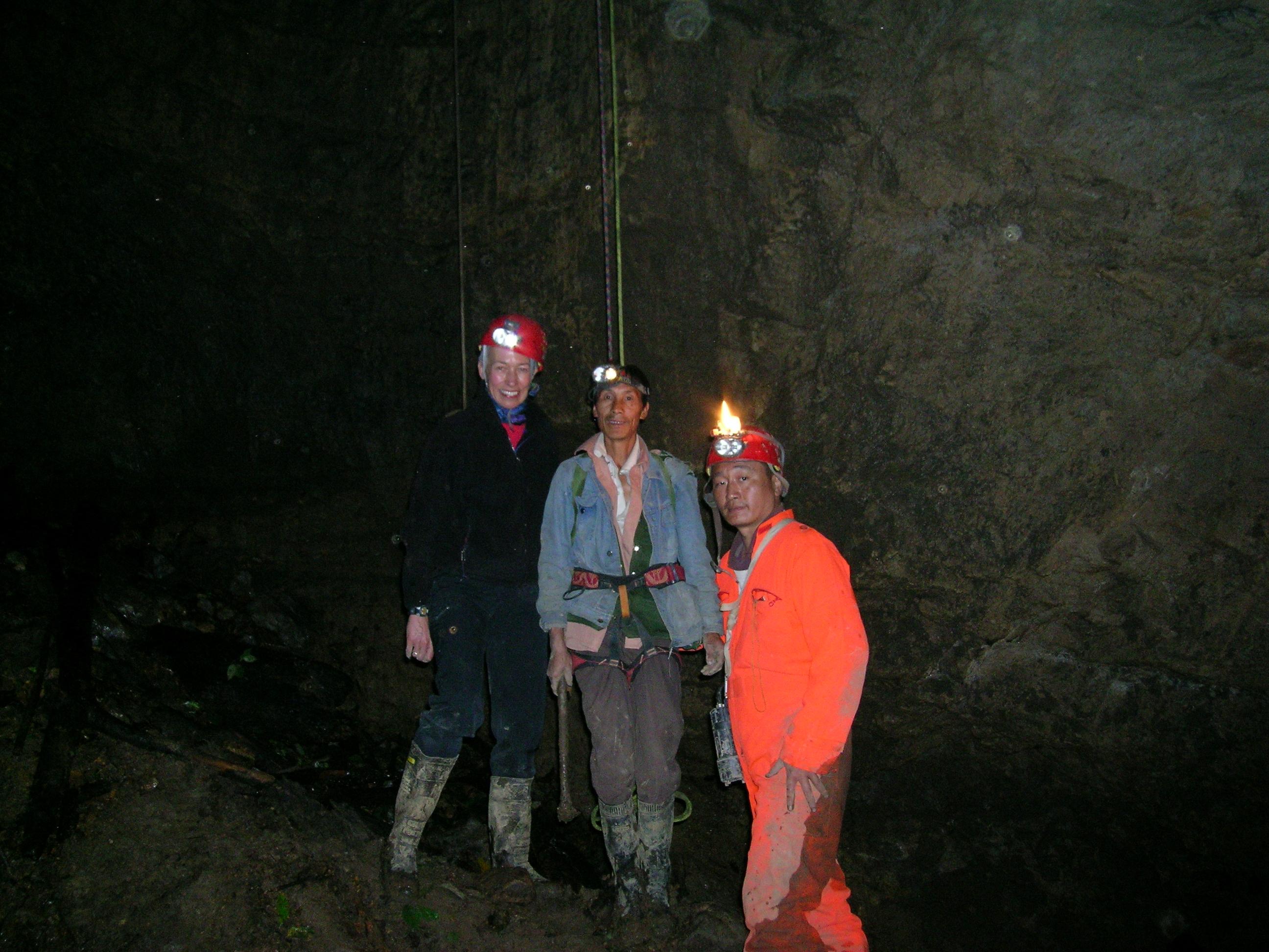 贾布隆斯基教授跟中国同事在云南腾冲附近的江东山寻找化石(Lao Jia摄)