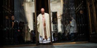 Un prêtre ouvrant les grandes portes vitrées d'une cathédrale (© Eduardo Munoz Alvarez/VIEWpress/Getty Images)