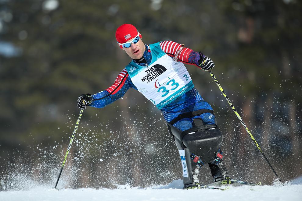 男子坐冰橇滑雪(© Ng Han Guan/AP Images)