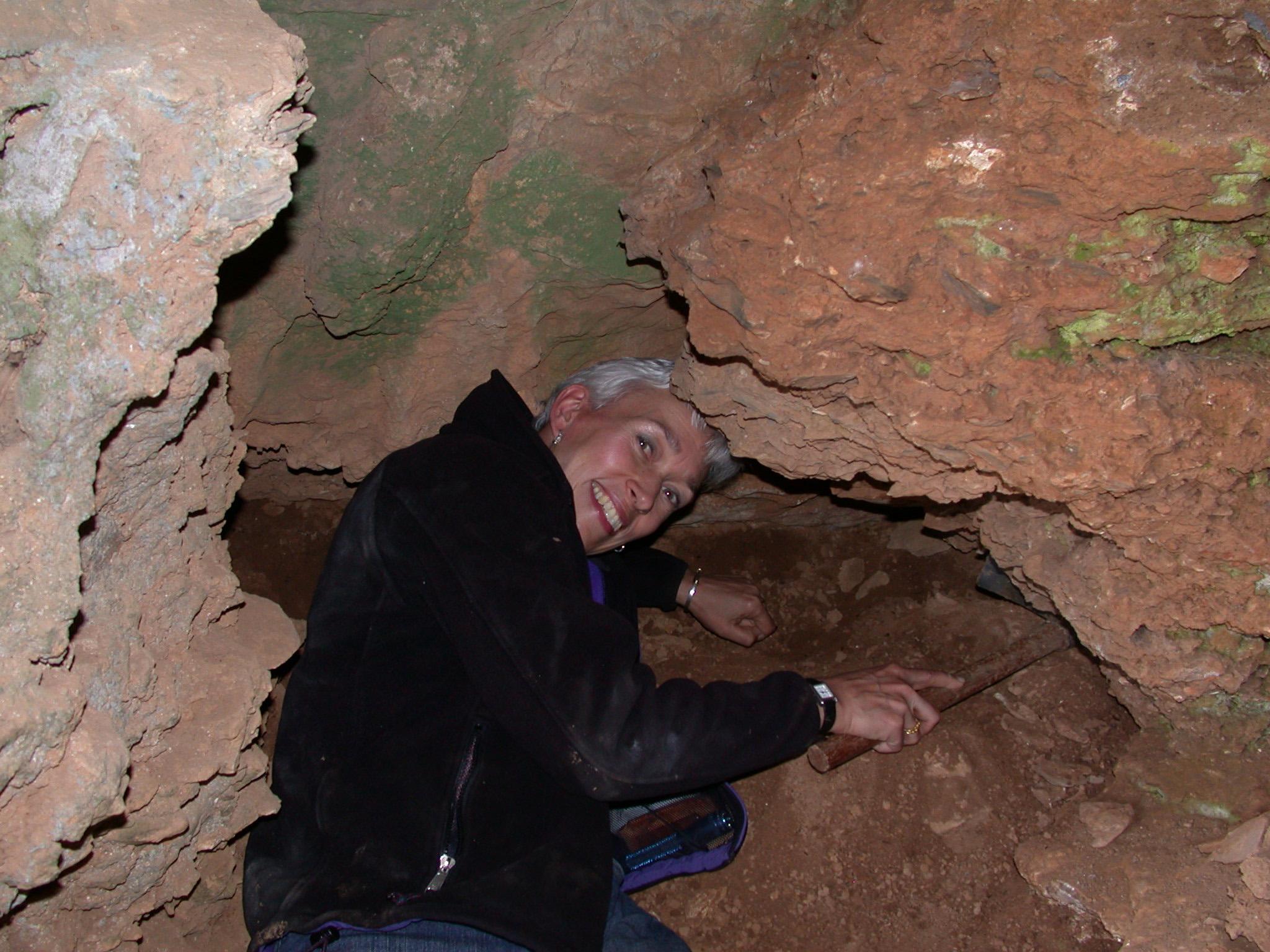 贾布隆斯基教授在云南宝山老虎洞里挖掘化石(Dong Ling摄)