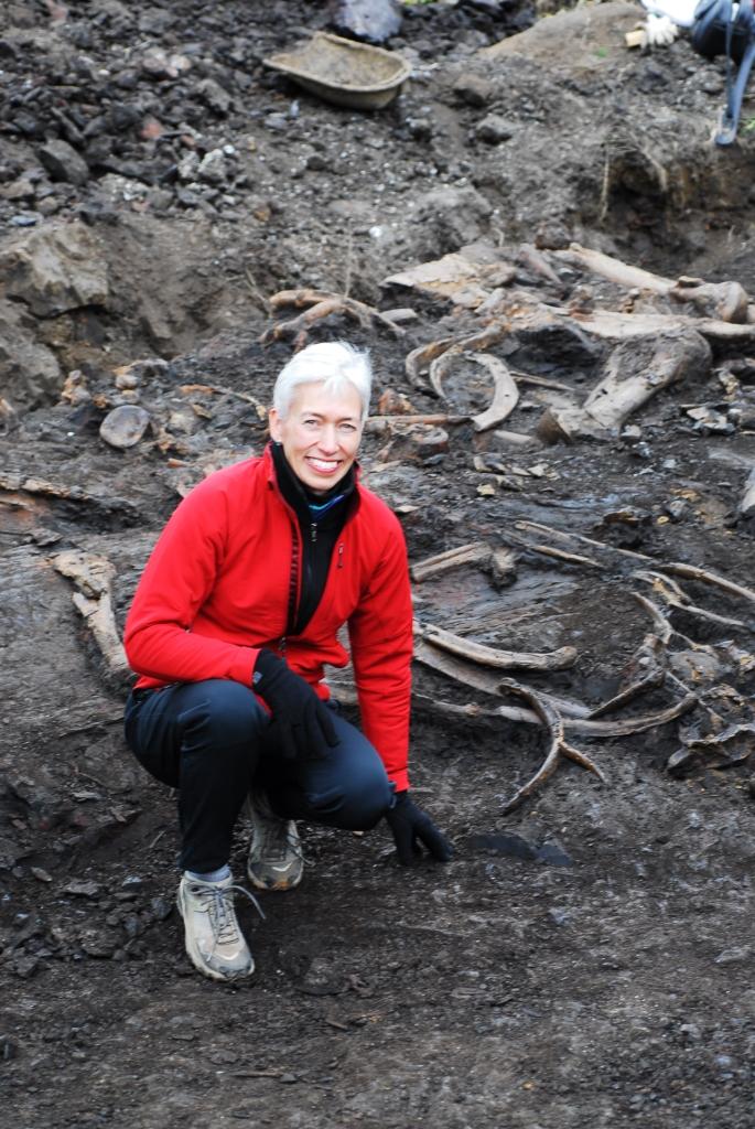 在云南昭通市附近贾布隆斯基教授和来自有650万年历史的化石层的大象古化石(Nina Jablonski摄)