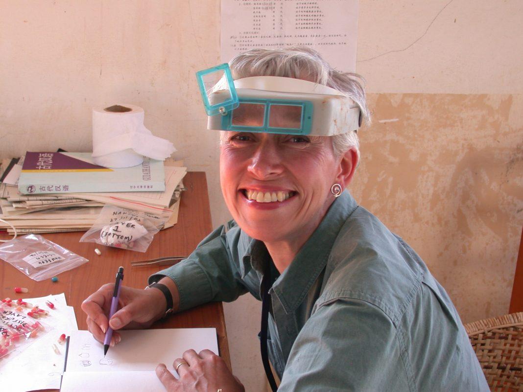 尼娜教授在云南省施甸县文化局的办公楼对小哺乳动物的化石进行速写和分类(Nina Jablonski摄)