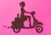 Granos de café que forman la silueta de una mujer que conduce una motocicleta (© City Girl Coffee)