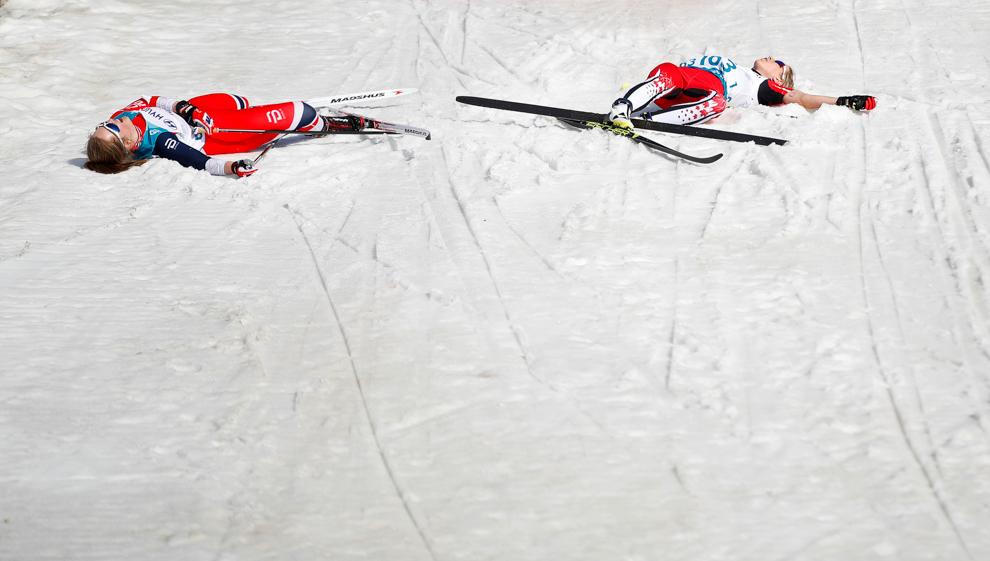 Two skiers lying on snow (© Carl Recine/Reuters)