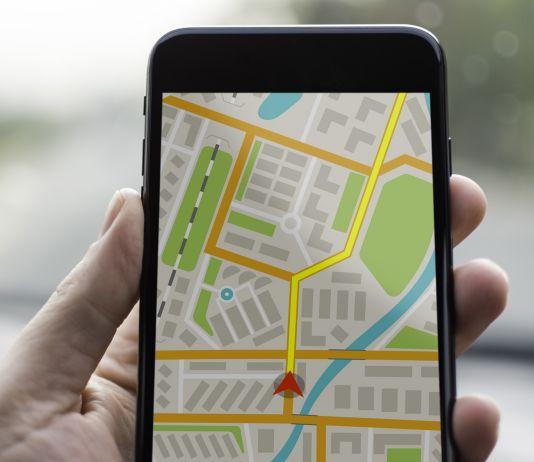 Une main tenant un téléphone portable avec une carte sur l'écran (Shutterstock)