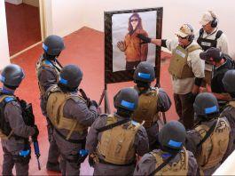 Grupo de pessoas com capacetes e coletes à prova de balas (© Raad Adayleh/AP Images)