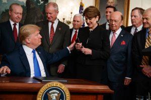 El presidente Trump con un grupo de personas (© Evan Vucci/AP Images)
