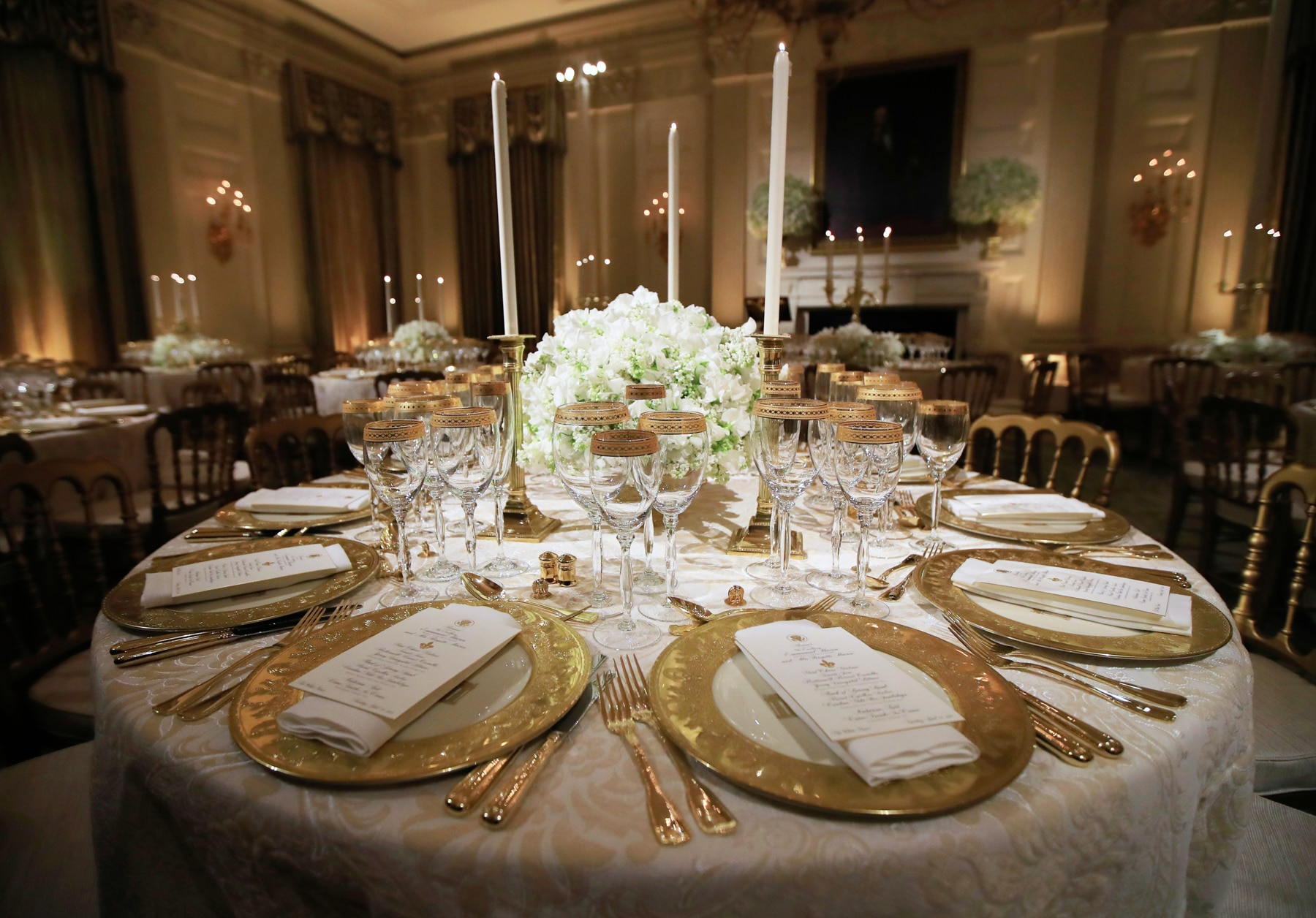 Table settings for a state dinner at the White House (© Manuel Balce Ceneta/AP Images)