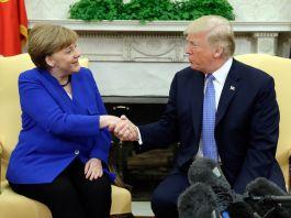 Angela Merkel e Donald Trump, sentados e apertando as mãos (© Evan Vucci/AP Images)