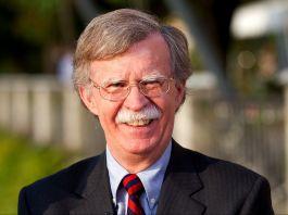 Close de John Bolton parado em uma área externa (Simon Dawson/Bloomberg/Getty Images)