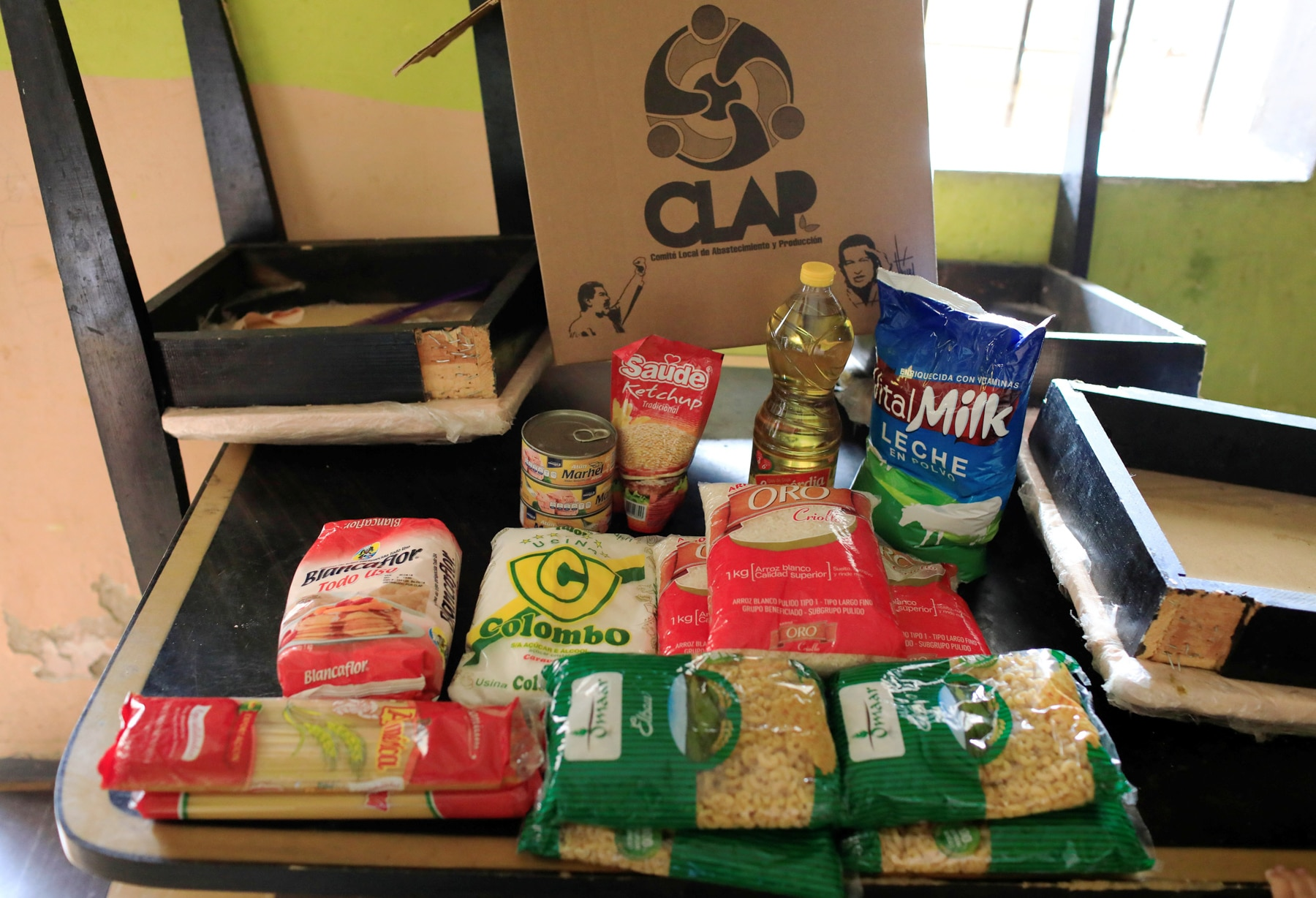 Contents of a box of food sitting on a table (© Marco Bello/Reuters)