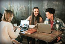 Alunos reunidos trabalhando em seus laptops (Brooke Cagle | Unsplash)