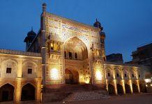 La façade d'une mosquée (Aga Khan Cultural Service)