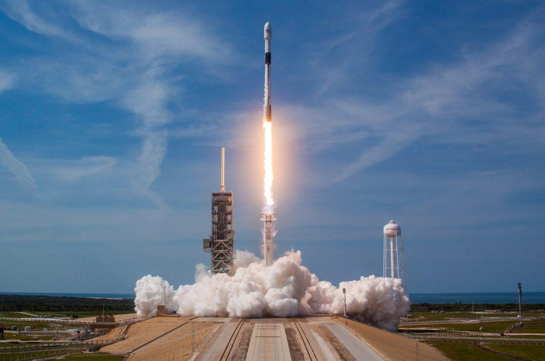 Rocket ship taking off (© SpaceX)