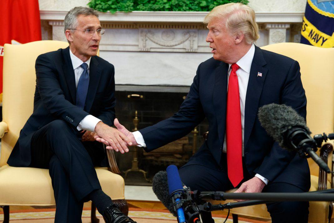 Jens Stoltenberg y el presidente Trump sentados dándose la mano (© Evan Vucci/AP Images)