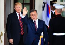 El presidente Trump y Moon Jae-in y un guarda (© Manuel Balce Ceneta/AP Images)