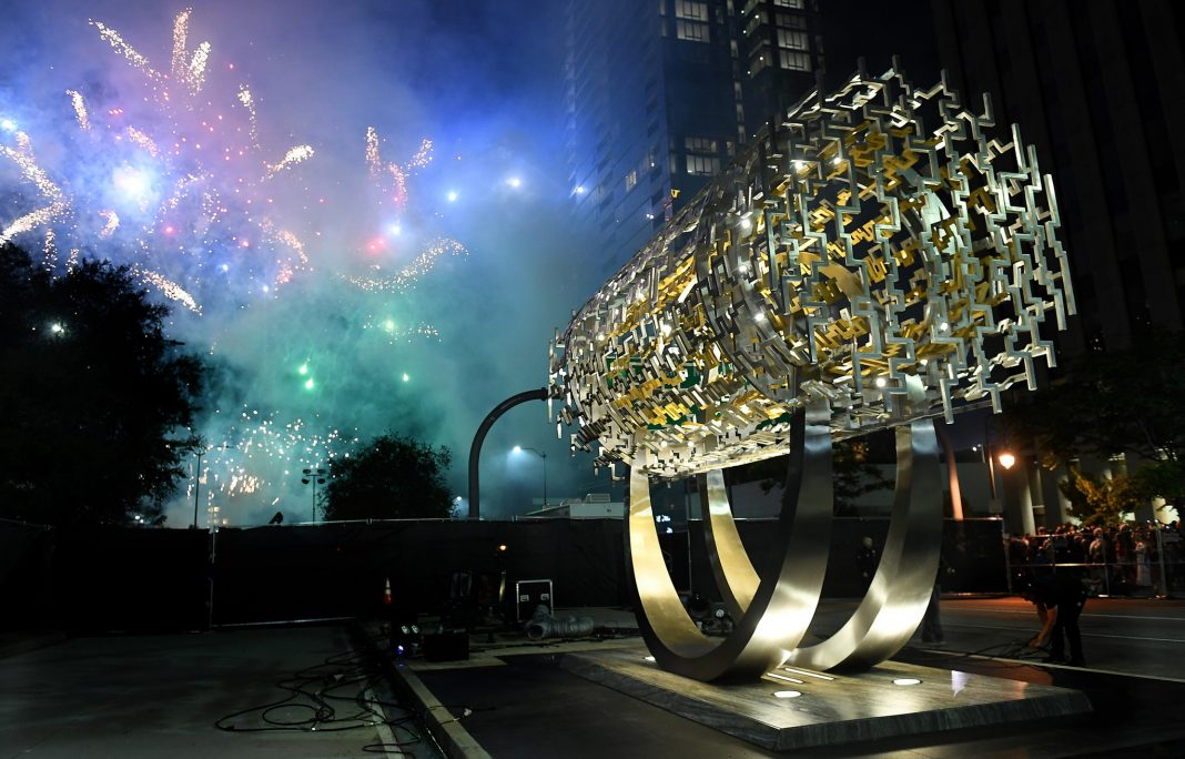 Fuegos artificiales desplegados tras una escultura cilíndrica (© Wally Skaliji/Los Angeles Times/Getty Images)