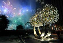Une sculpture cylindrique et des feux d'artifice en arrière-plan (© Wally Skalij/Los Angeles Times/Getty Images)