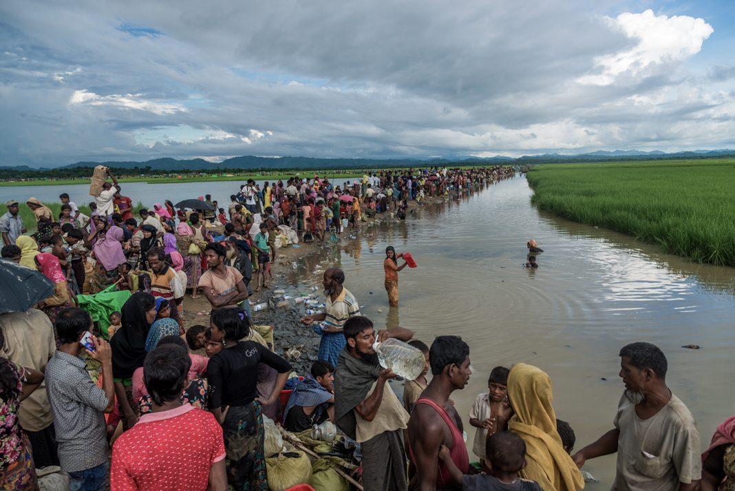 Cientos de personas caminan a lo largo de un río (© Stringer/Anadolu Agency/Getty Images)