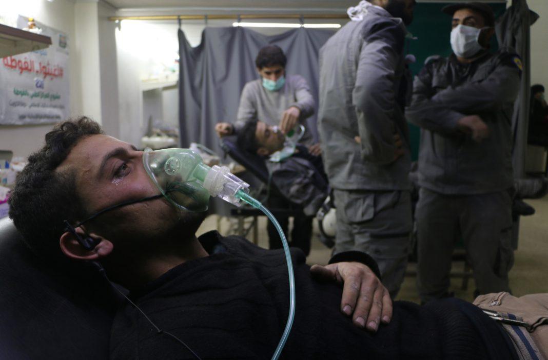 Un homme allongé, avec un masque à oxygène sur la bouche et le nez (© Mohammad Al Shami/Anadolu Agency/Getty Images)