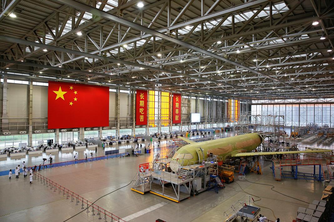 Avión en construcción en una gran fábrica (© Aly Song/Reuters)